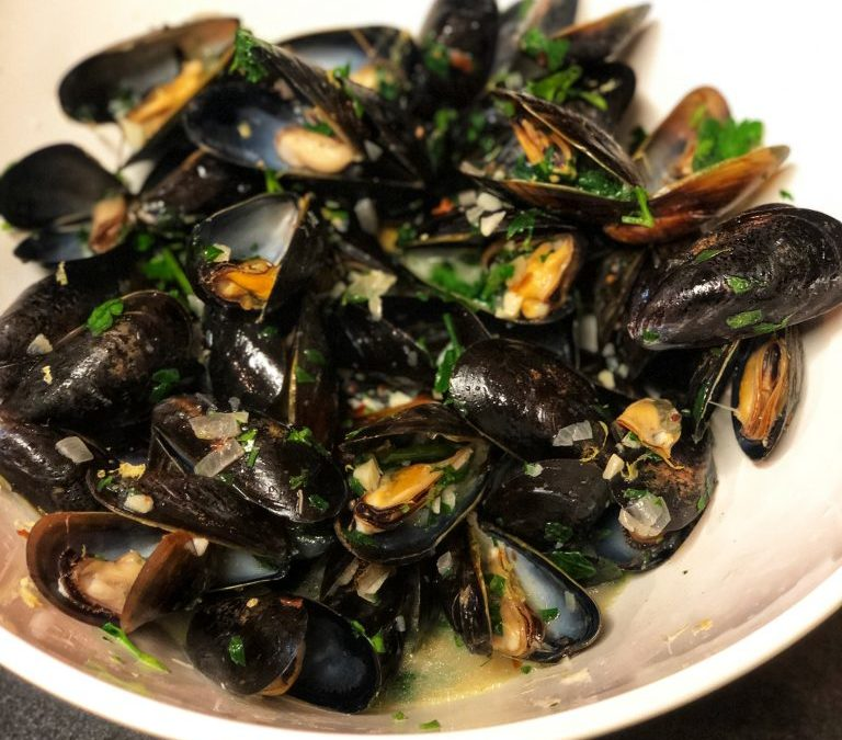STEAMED MUSSELS WITH WHITE WINE AND GARLIC